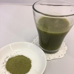 活きた酵素と青汁のドリンクと粉末