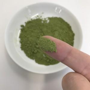 指にマチャサラの粉末がついている状態