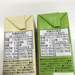 調整豆乳と無調整豆乳の成分表を比較しているところ