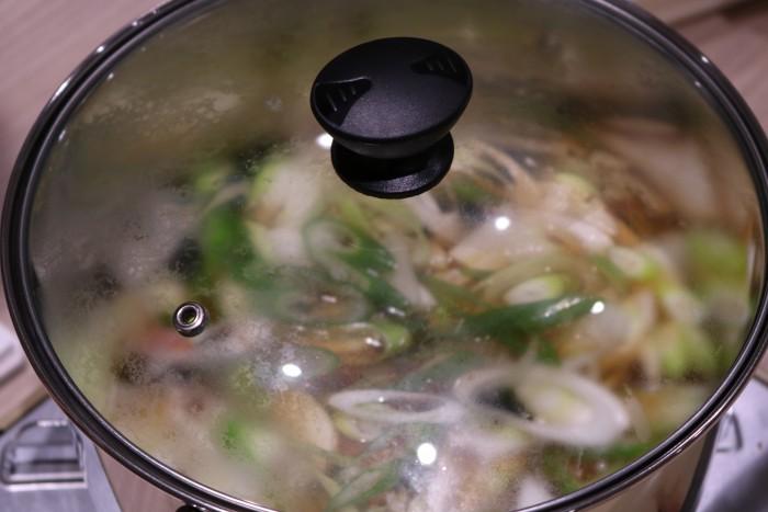 鍋にフタをして煮込むところ