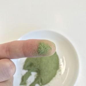 美-菜の粉末を指に付けたところ