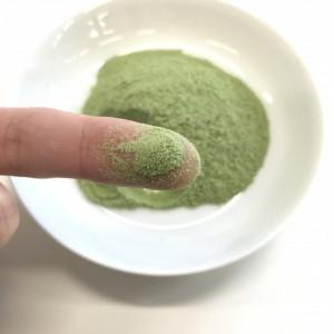 厳選青汁の粉末を味見するところ