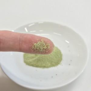 GOKURICHの粉末を指につけて味見するところ