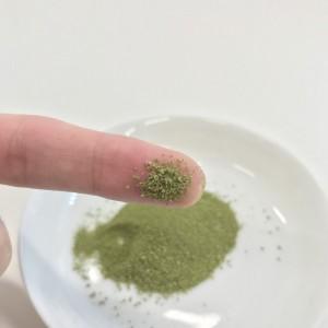 青汁と乳酸菌の粉末を指につけたところ