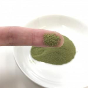 オーガニックフルーツ青汁の粉末を指につけているところ