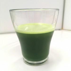 よくばり青汁をグラスに注いで横から見た様子