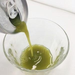 緑でサラナをグラスに移す様子