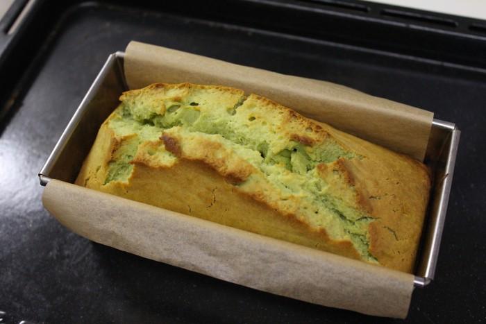 青汁とクリームチーズのパウンドケーキが焼き上がった様子