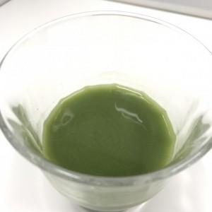 ノコギリヤシ青汁の粉末を水に溶かした様子