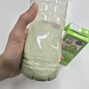 青汁の豆乳割りをペットボトルに作ったところ