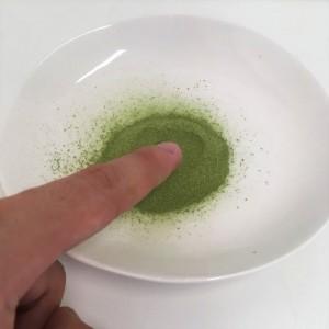 コレスケア キトサン青汁の粉末を触った様子