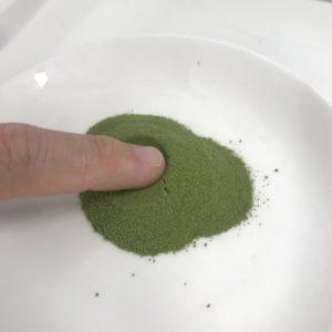 大麦若葉+酵素の粉末を指につけてみた様子
