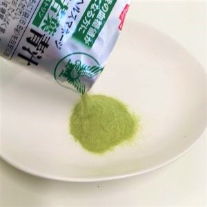 ヘルスマネージ大麦若葉青汁難消化性デキストリンの粉末をお皿に出している様子