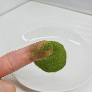 えがおの青汁満菜を指につけたところ