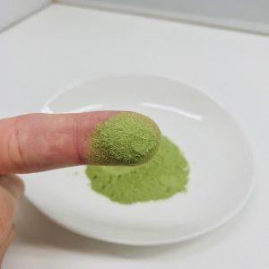 美力青汁の粉末を味見をするところ