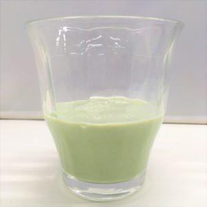 こどもフルーツ青汁の牛乳割りを横から見た様子